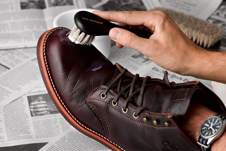 Нанесение защитного и питающего крема на обувь-min